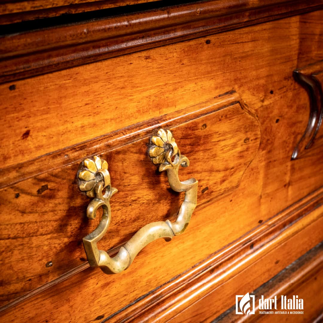 Canterano in noce massello diciottesimo secolo maniglie originali